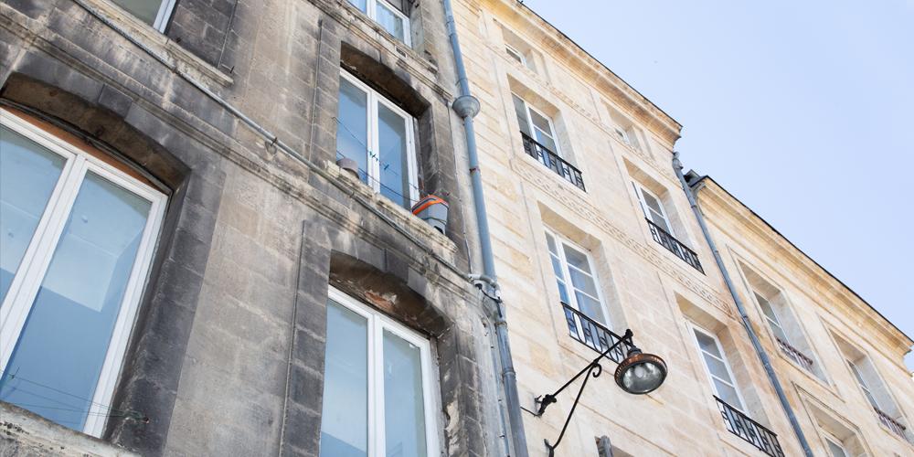 Comment nettoyer la façade d'une maison grisâtre ?